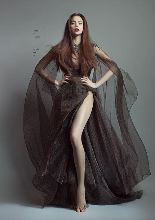 Hà Hồ được ví như nữ thần khi khoe chân quyền lực trong bộ ảnh mới.