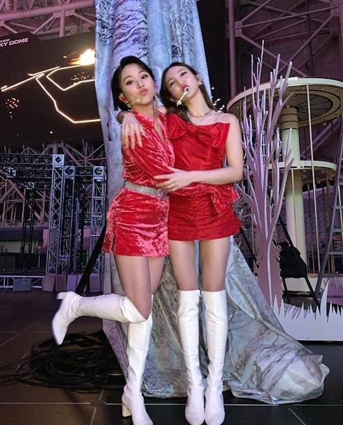 Na Yeon (phải) ôm Chae Young hôn gió tình cảm trong hậu trường.