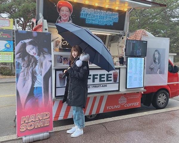 Hani được gửi tặng xe cà phê đến trường quay. Fan lập tức chú ý đến từ handsome (tạm dịch: đẹp trai) trên banner in hình Hani. Cô nàng từng được nhiều fan gọi là Hani ộp pa vì tính cách phóng khoáng, có chút men-lỳ.
