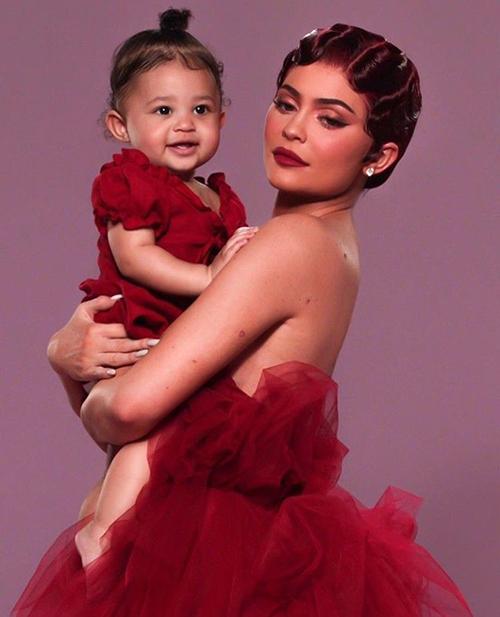 Kylie Jenner cho con gái ăn vận sành điệu từ bé. Hai mẹ con hot girl tỷ phú của Hollywood thường xuyên diện đồ đôi.