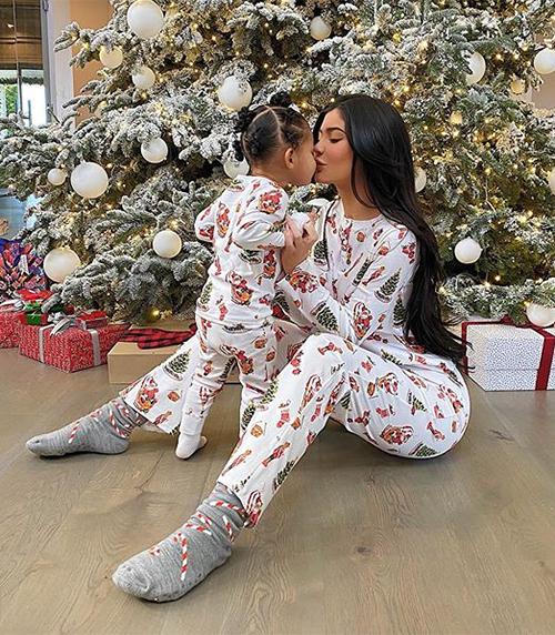 Nhiều lần Kylie tiết lộ con gái sớm có niềm yêu thích với thời trang, thậm chí còn muốn được tặng quà Noel là... túi xách Hermes.