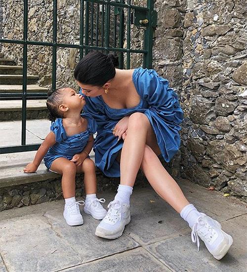 Mới gần 2 tuổi, cô nhóc đã được mặc đủ kiểu đồ đắt đỏ, nhiều bộ cánh bó sát, kiểu dáng gợi cảm không kém mẹ.