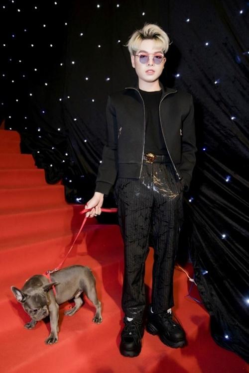 Đức Phúc mặc bộ cánh tone đen, dắt theo chú chó tên Opla của Hòa Minzy lên thảm đỏ Tuần lễ thời trang quốc tế Việt Nam 2018.