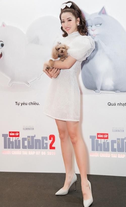 Puka mặc trang phục của NTK Nguyễn Minh Công, xuất hiện trên thảm đỏ buổi ra mắt phim Đẳng cấp thú cưng 2 cùng cún cưng. Chú chó của Puka thuộc dòng Poodle, tên Eo Vì. Cún cưng được cô chăm sóc cẩn thận, mặc trang phục đáng yêu.