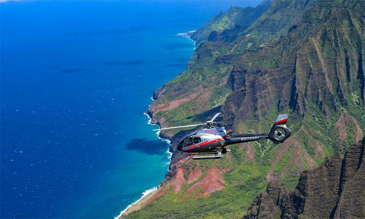 Trực thăng chở khách du lịch bay trên bờ biển Na Pali, đảo Kauai, Hawaii. Ảnh: Maverick Helicopter.
