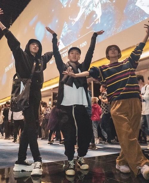 Seung Yoon, Seung Hoon và Mino thoải mái bung lụa nơi đông người.