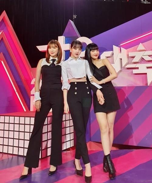 Bộ ba sinh năm 1996 - Ha Young (Apink), Ye Rin (GFriend) và Joy (Red Velvet) - thân thiết khi hội ngộ ở KBS Gayo Daechukje.