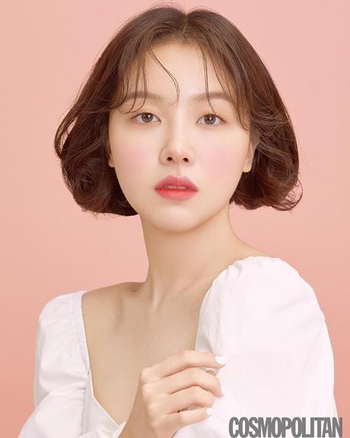 Mina (Girls Day) khác lạ với mái tóc ngắn trên tạp chí.