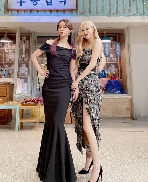 Hye Ri và Rosé tay nắm tay thân mật khi cùng ghi hình show.