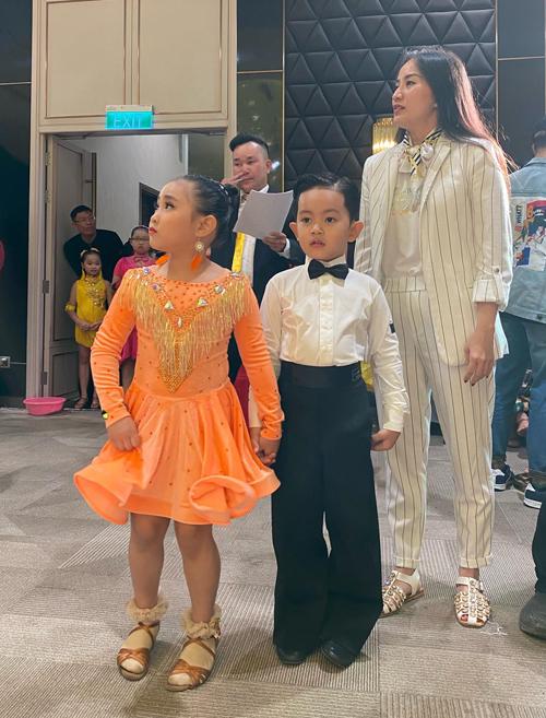 Trong sự kiện Liên hoan các ngôi sao khiêu vũ thể thao, khai mạc vào hôm qua (28/12) tại thành phố Đà Lạt, Kubi – con trai đầu lòng của vợ chồng Khánh Thi – Phan Hiển khiến khán giả bất ngờ khi xuất hiện ở vai trò vận động viên. Cậu nhóc đươc bố mẹ ghi tên thi đấu dance sport  ở hạng mục dành cho các bé dưới 10 tuổi.