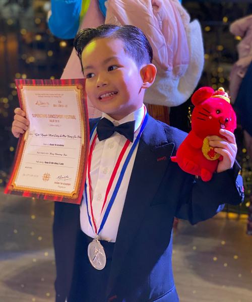 Cậu nhóc cuối cùng giành được 2 tấm huy chương bạc ở hai nội dung trên trong lần đầu tiên thử sức ở giải dance sport.