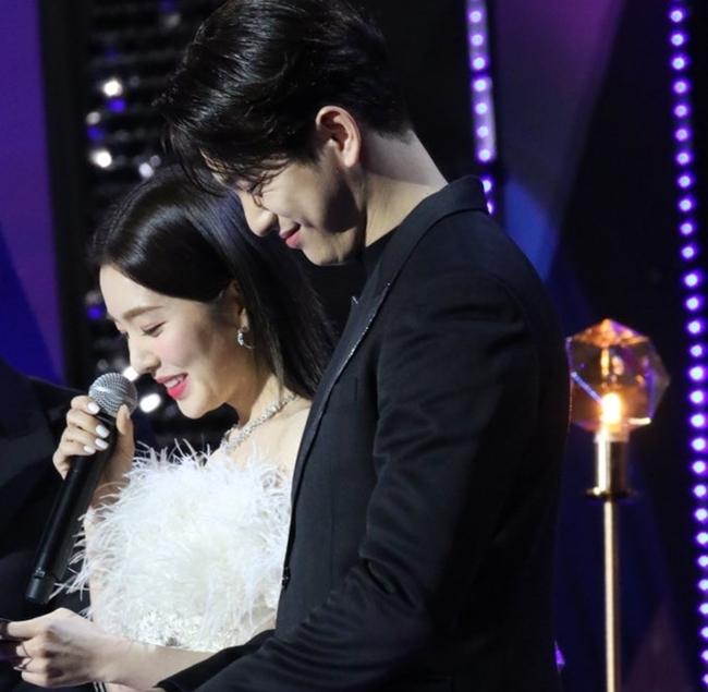 Irene đứng cạnh Jin Young mà fan cứ ngỡ đám cưới trong mơ - 1