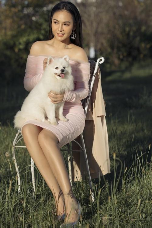 Mỹ Ngọc mặc đầm cocktail ôm sát gam màu hồng. Thiết kế trần vai tôn xương quai xanh của người đẹp.