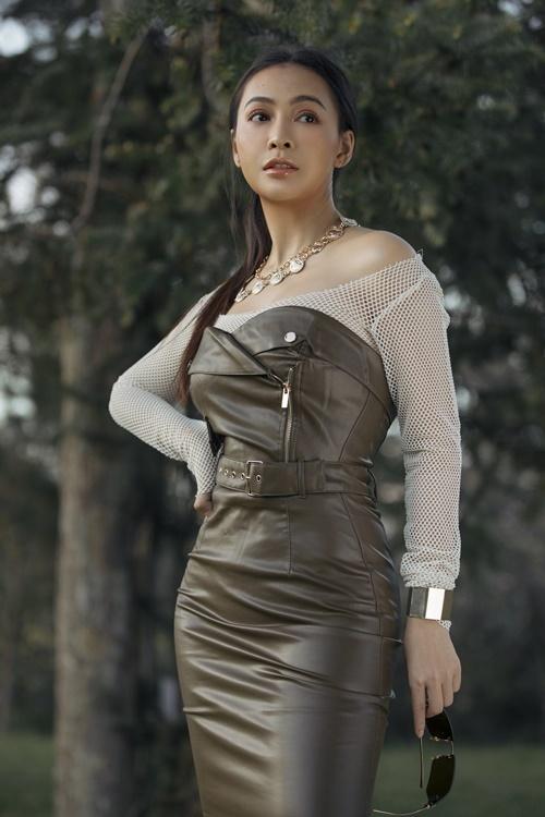 Diện đồ theo style cá tính, Mỹ Ngọc kết hợp váy da cúp ngực cùng áo lưới xuyên thấu.