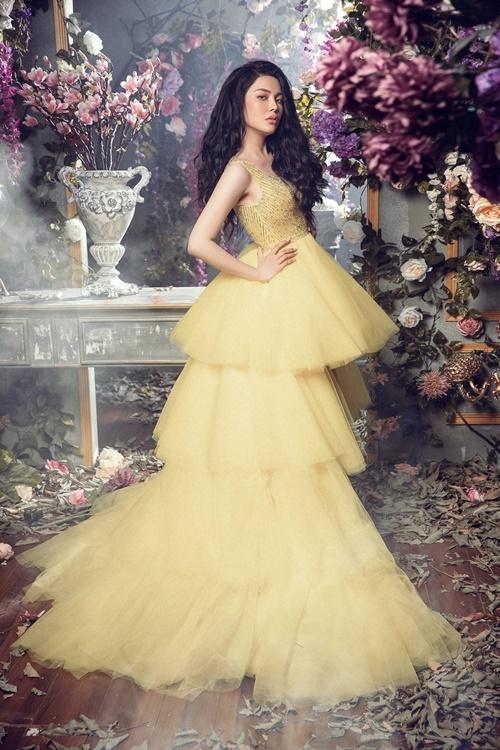 Váy xếp tầng gam màu vàng, đính đá tỉ mỉ tôn lên vẻ sexy của Lily Chen.