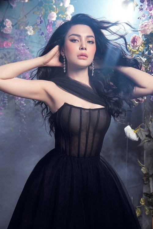 Thiết kế cúp ngực tôn vòng một đẫy đà của người đẹp 24 tuổi.