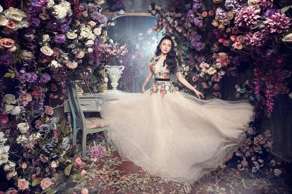Thiết kế thêu hoa trên nền vải voan mang lại vẻ thướt tha, yêu kiều cho Lily Chen.