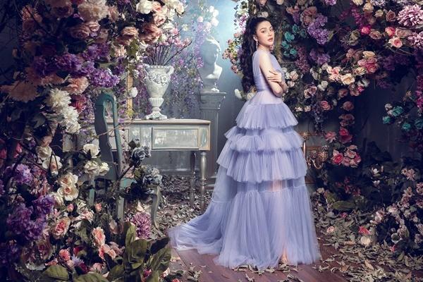 Cô hóa công chúa khi diệnthiết kế váy xếp tầng, gam màu pastel trang nhã.