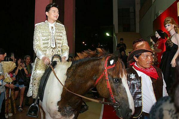 Xuất hiện trên thảm đỏ đêm chung kết Siêu mẫu Việt Nam 2018 với cương vị giám khảo, Dược sĩ Tiến gây sốc khi cưỡi ngựa và hóa thân thành bạch mã hoàng tử trong bộ trang phục thêu họa tiết vàng cầu kỳ.  Ung dung cưỡi ngựa, Dược sĩ Tiến khiến thảm đỏ trở nên lộn xộn. Sau đó, anh bị công chúng chỉ trích cố tình làm lố để gây ấn tượng.