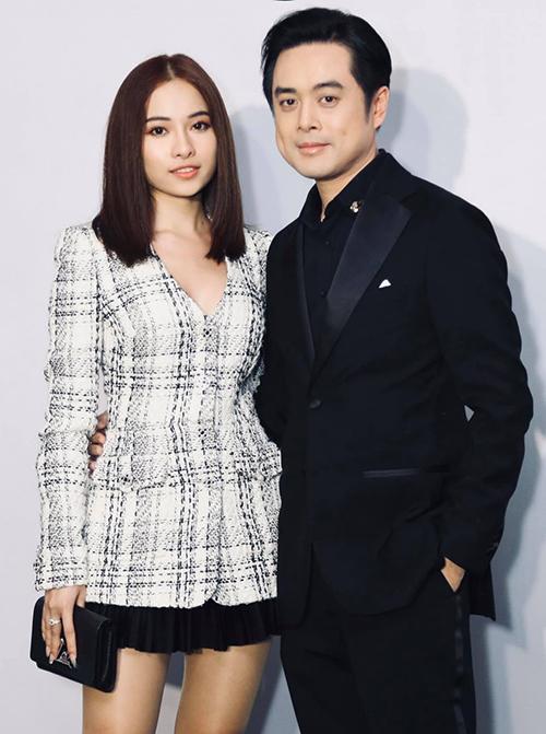 Dương Khắc Linh ôm eo vợ chụp ảnh khi dự sự kiện.