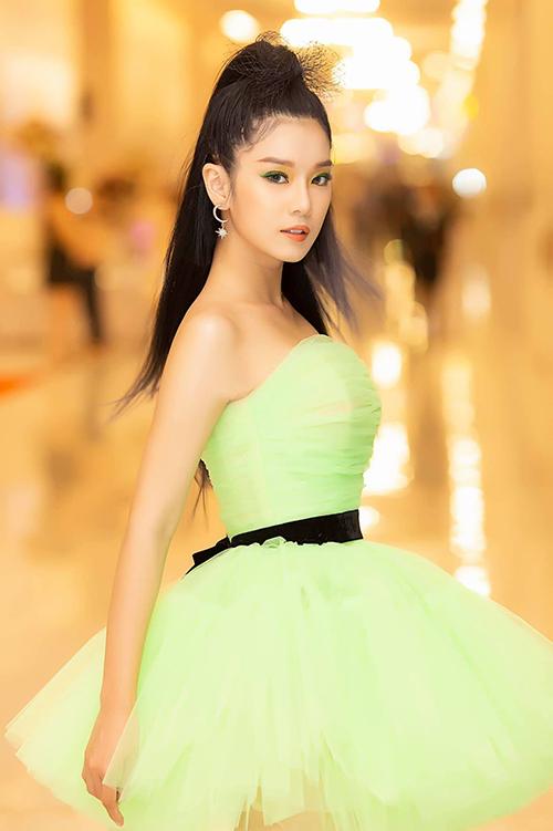 Hoàng Yến Chibi diện đồ công chúa pose hình thần thái.