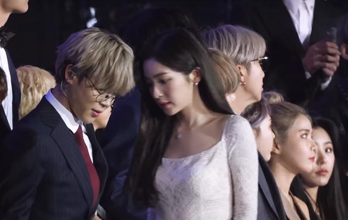Ji Min vẫnliếc nhìn Irene ngay cả lúccô đãđi qua.
