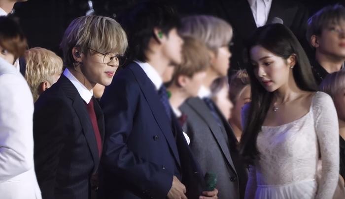 Nam idol không giấu được biểu cảm vui vẻ khi gặp Irene.
