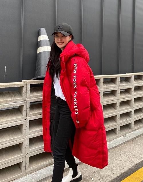 Lee Joo Yeon dạo phố với chiếc áo phao to sụ.