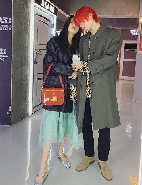 Cặp Hyuna - Dawn dính như sam, thoải mái thể hiện tình cảm trên mạng xã hội.