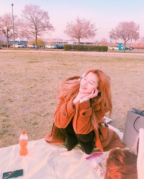 Các thành viên Twice rần rần đăng ảnh Sana để chúc mừng sinh nhật cô nàng.