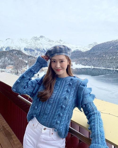 Jessica phối đồ xanh - trắng nhẹ nhàng, thanh lịch đi ngắm tuyết ở Thụy Sĩ.