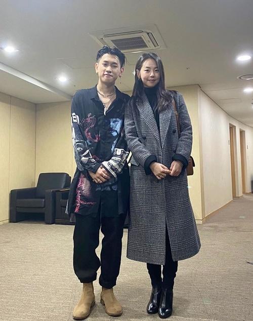 So Hee đi xem concert của Crush. Hai nghệ sĩ đứng cạnh nhau chụp hình nhưng dáng vẻ lộ rõ sự ngại ngùng.