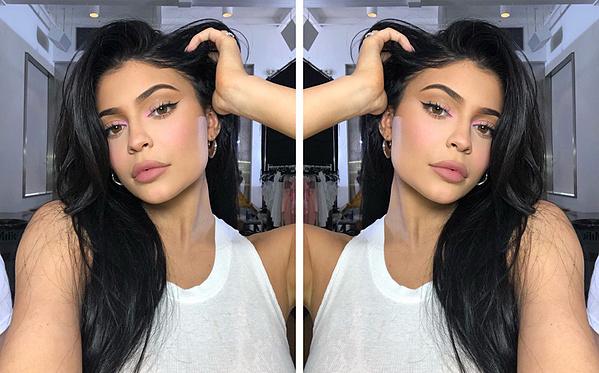 Lý do bạn thấy mình xinh đẹp hơn khi soi gương
