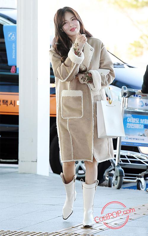 Ngoài áo chất liệu bông đậm chất cổ điển, các idol Hàn còn chuộng áo khoác lót bông, tăng độ ấm áp thêm một bậc. Hyuna cá tính ra sân bay với áo da lộn lót bông.