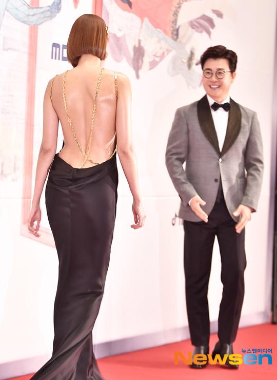 Mỹ nhân Hàn táo bạo khoe lưng trần trên thảm đỏ MBC Drama Awards - 1