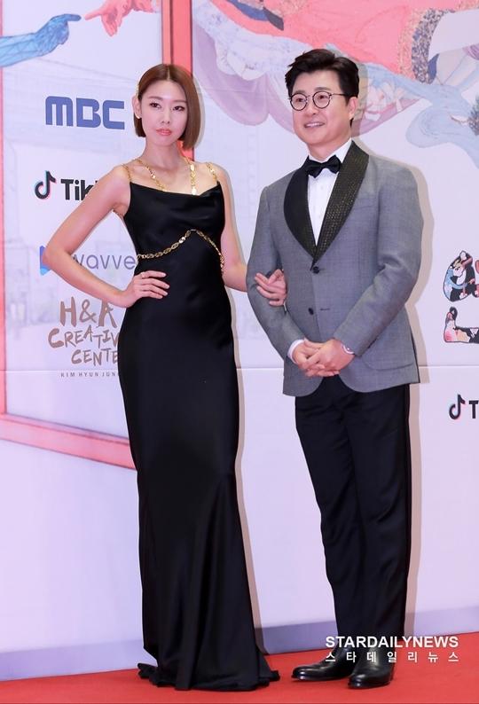 Mỹ nhân Hàn táo bạo khoe lưng trần trên thảm đỏ MBC Drama Awards - 2