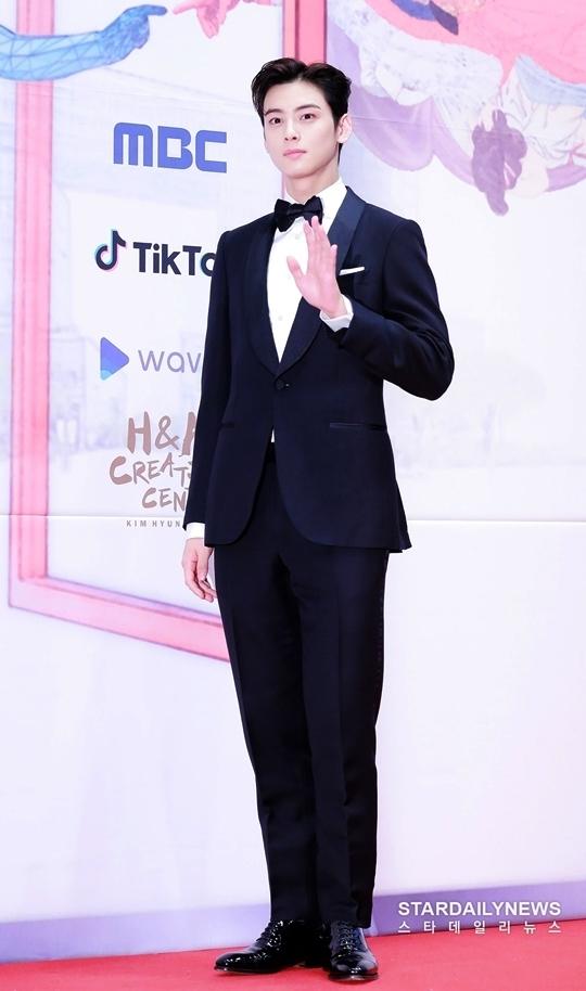Cha Eun Woo (ASTRO) khoe visual bảnh bao trong bộ vest truyền thống.