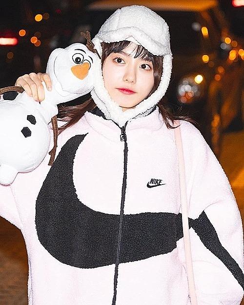 Áo khoác bông kiểu dáng thể thao tôn lên vẻ trẻ trung, đáng yêu của So Hye (IOI). Cô nàng còn kết hợp áo cùng chiếc mũ rất tông xuyệt tông tránh tuyệt đối gió rét.