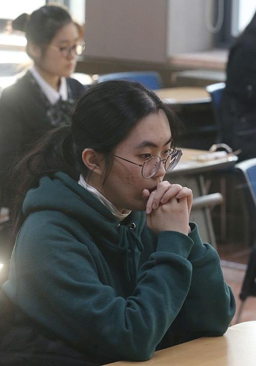 Một học sinh Hàn Quốc chuẩn bị bước vào kỳ thi Suneung để vào đại học. Ảnh: EPA.