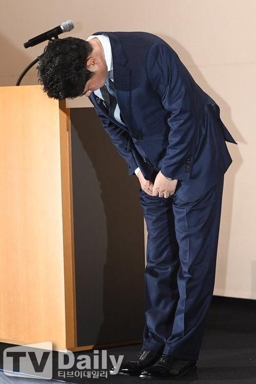 Giám đốc CJ cúi đầu xin lỗi tại họp báo chiều 30/12.
