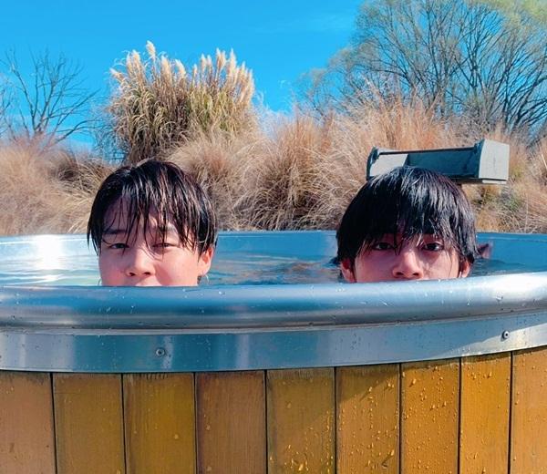 Ji Min (trái) mừng sinh nhật V bằng loạt khoảnh khắc hài hước.