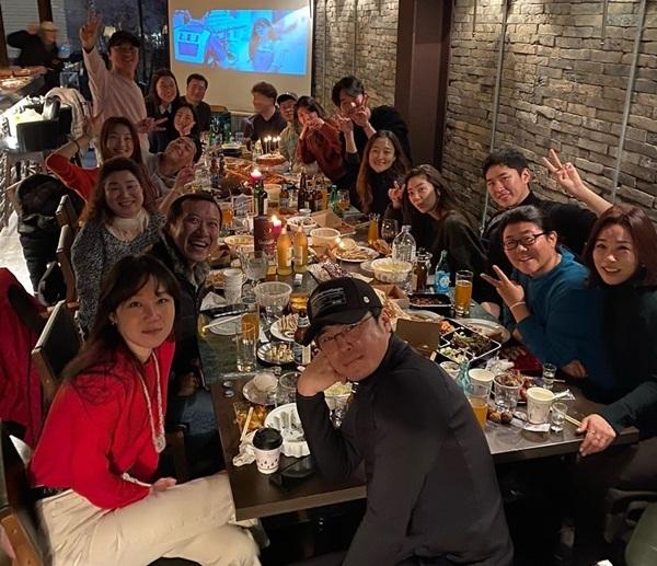 Gong Hyo Jin (áo đỏ) tụ tập ăn tất niên sớm cùng đoàn phim Khi hoa trà nở.