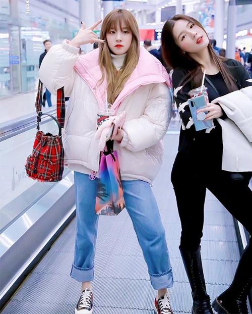 Yuqi bao ấm khi ra sân bay với chiếc áo puffy đáng yêu, tông màu hồng kẹo ngọt.
