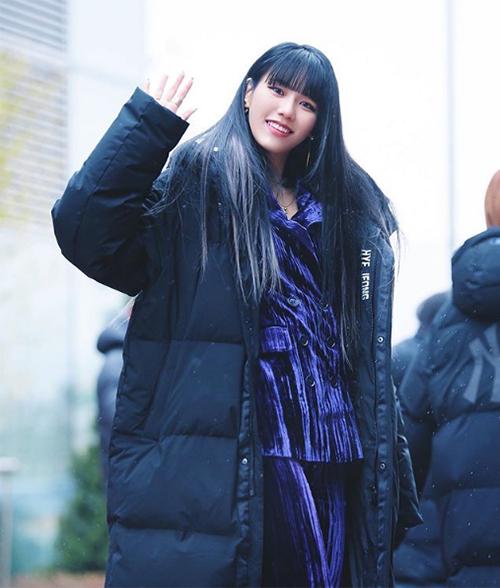 Đây là kiểu áo khoác không thể thiếu trong tủ đồ của các idol khi ra sân bay hay hoạt động ngoài trời. Món đồ cân mưa gió giúp các sao thoải mái diện đồ phía trong mỏng manh mà không lo lạnh.