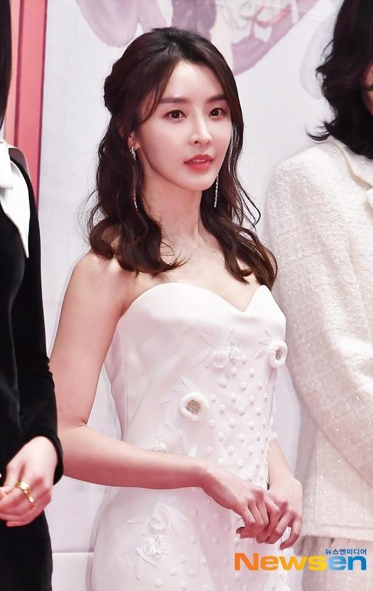 Mỹ nhân Hàn táo bạo khoe lưng trần trên thảm đỏ MBC Drama Awards - 5