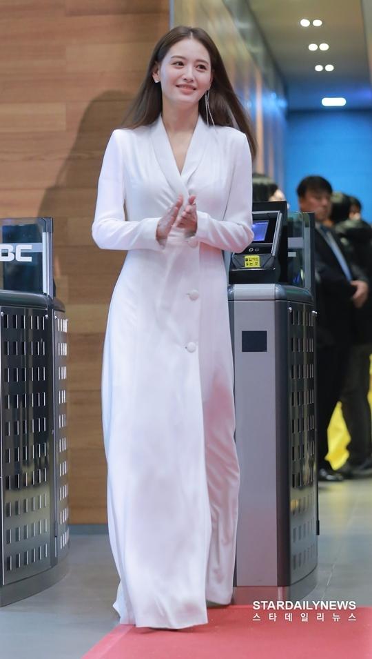 Mỹ nhân Hàn táo bạo khoe lưng trần trên thảm đỏ MBC Drama Awards - 7