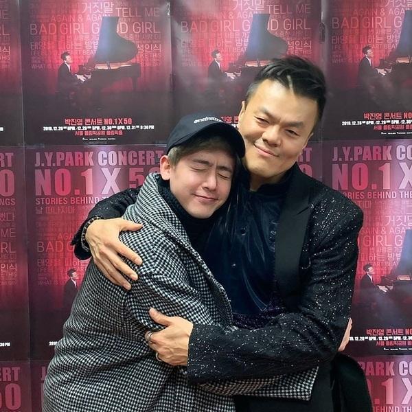 Nich Khun (2PM) đến xem concert của Park Jin Young. Anh chàng tỏ lòng kính trọng và yêu mến khi coi chủ tịch JYP như người thầy, người cha và anh trai.