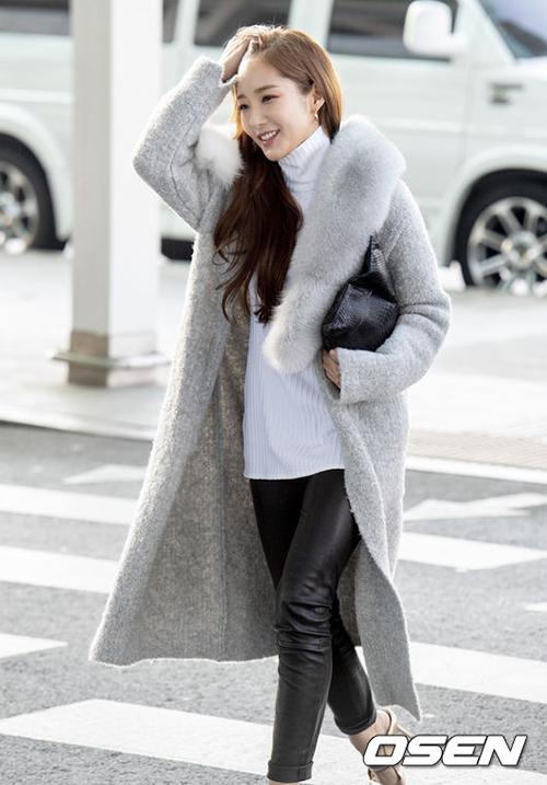 Park Min Young sang chảnh ở sân bay với áo khoác có phần cổ lót lông mịn màng.