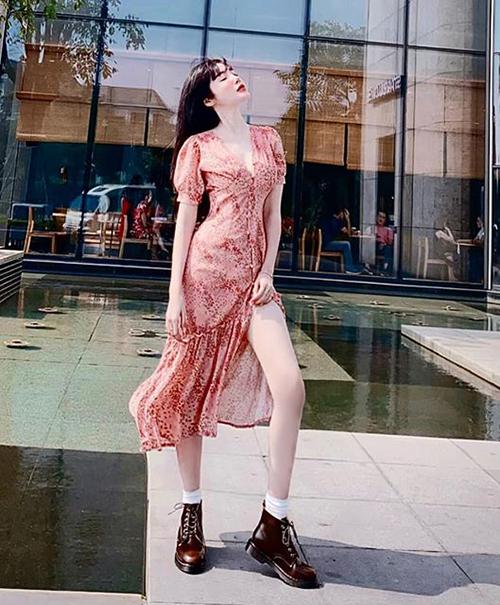 Đôi chân quá dài không phù hợp tỷ lệ với chiều cao 1,68 m của nữ diễn viên.