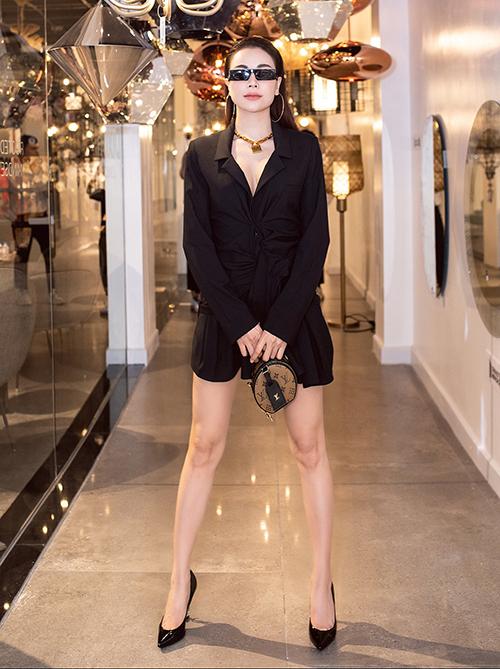Trong những bức ảnh được các photographer chụp ở sự kiện, Trà Ngọc Hằng có tỷ lệ cơ thể chuẩn mực hơn, cặp giò cũng rất thanh mảnh nhưng không quá đà.
